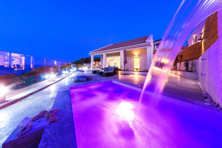 cavo mare deluxe villas - συγκρότημα βιλών και πισίνα κατασκευασμένα με δομικά υλικά από την εταιρεία ραψομανίκης.